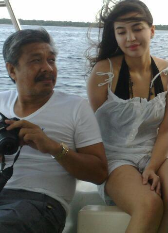 Foto  Manohara Dengan Gubernur di Wakatobi