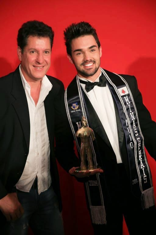 Braz Alves, coordenador do concurso, posa ao lado de Kaio Juliani, o Mister Minas Gerais 2014. Foto: Guilherme Borges