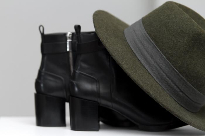 Botines de cuero de punta afilada de Zara y sombrero verde de Zara Man