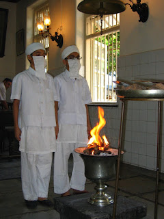 El fuego es sagrado para los mazdeista, de ahí las mascarillas que utilizan para no contaminar su pureza con el aliento.