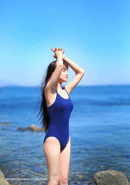 Nữ sinh mặc bikini tắm biển 1