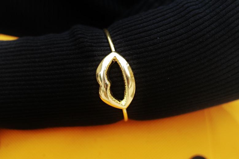 gina tricot kussmund armband gold. armband kussmund gina tricot, blogger kussmund armband