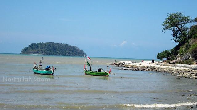 Jalan cor dan kapal di pantai