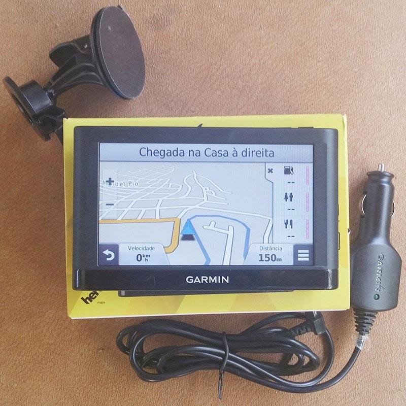 GPS Garmin com os acessórios, carregador e suporte.
