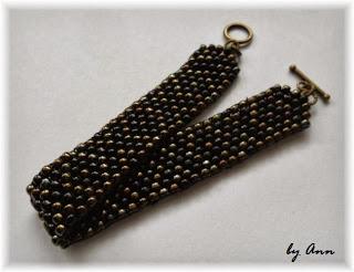 bransoletka płaska czarna złota Peyote Stitch