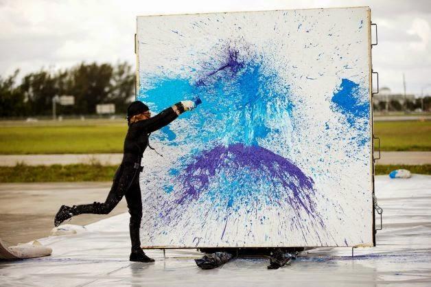 Seniman yang melukis menggunakan mesin pesawat