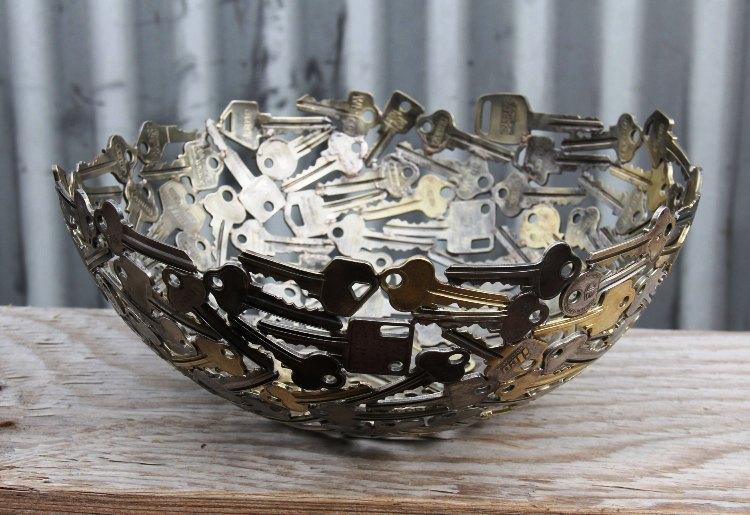 وعاء مصنوع بالفاتيح القديمة