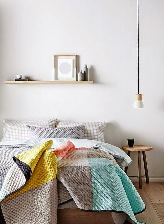En las mesillas del dormitorio l mparas colgando del techo etxekodeco - Mesillas pequenas ...