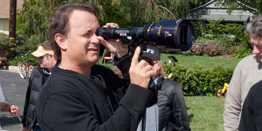 tom hanks como diretor de cinema operando lente no set do filme Larry Crowne: O Amor Está de Volta
