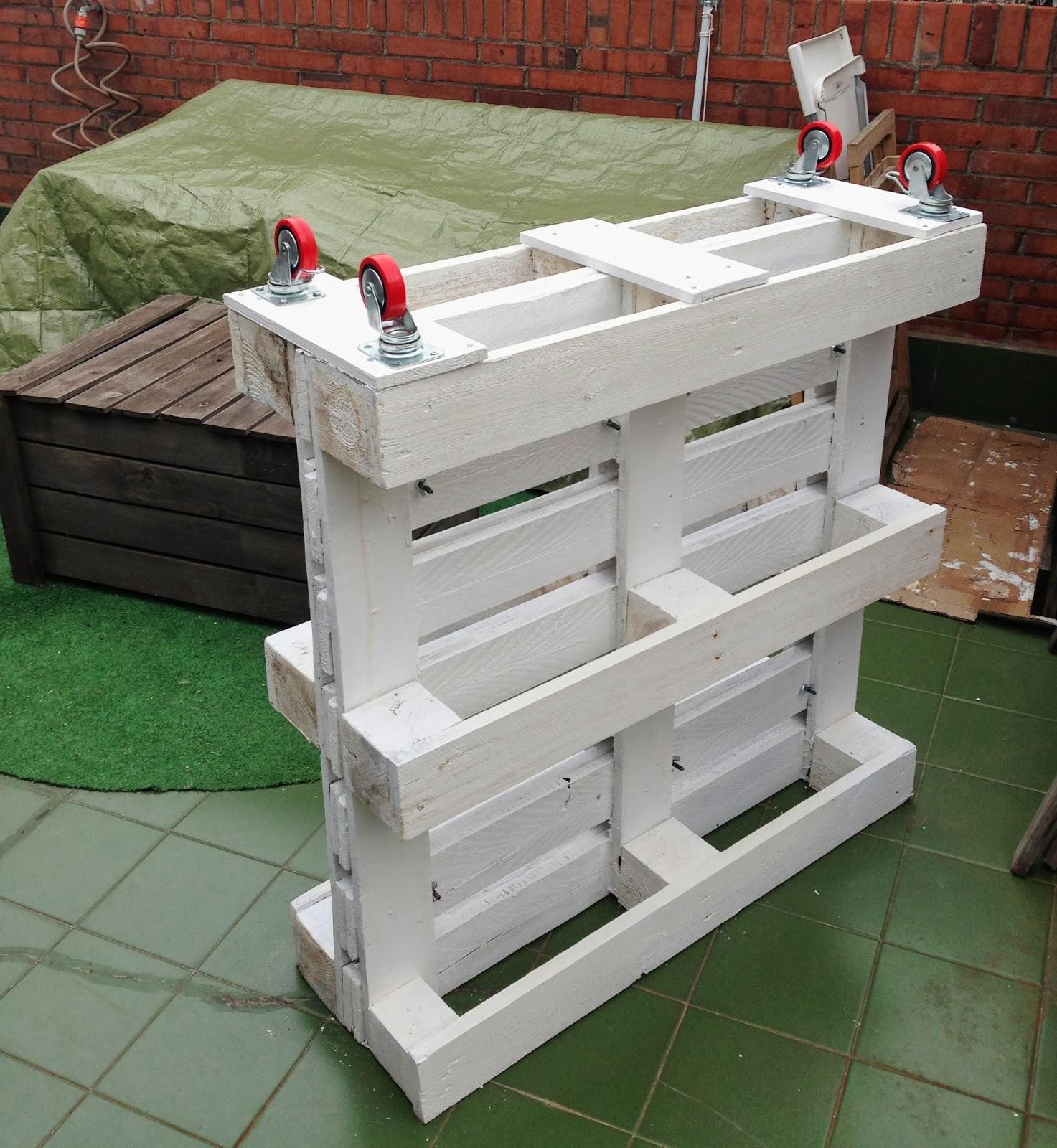 Reciclar para hacer maceteros rojosill n for Maceteros verticales con palets
