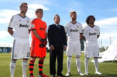 Florentino Perez with the Real Madrid captains