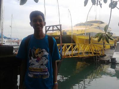 Pose dibelakang kapal (warna kuning)
