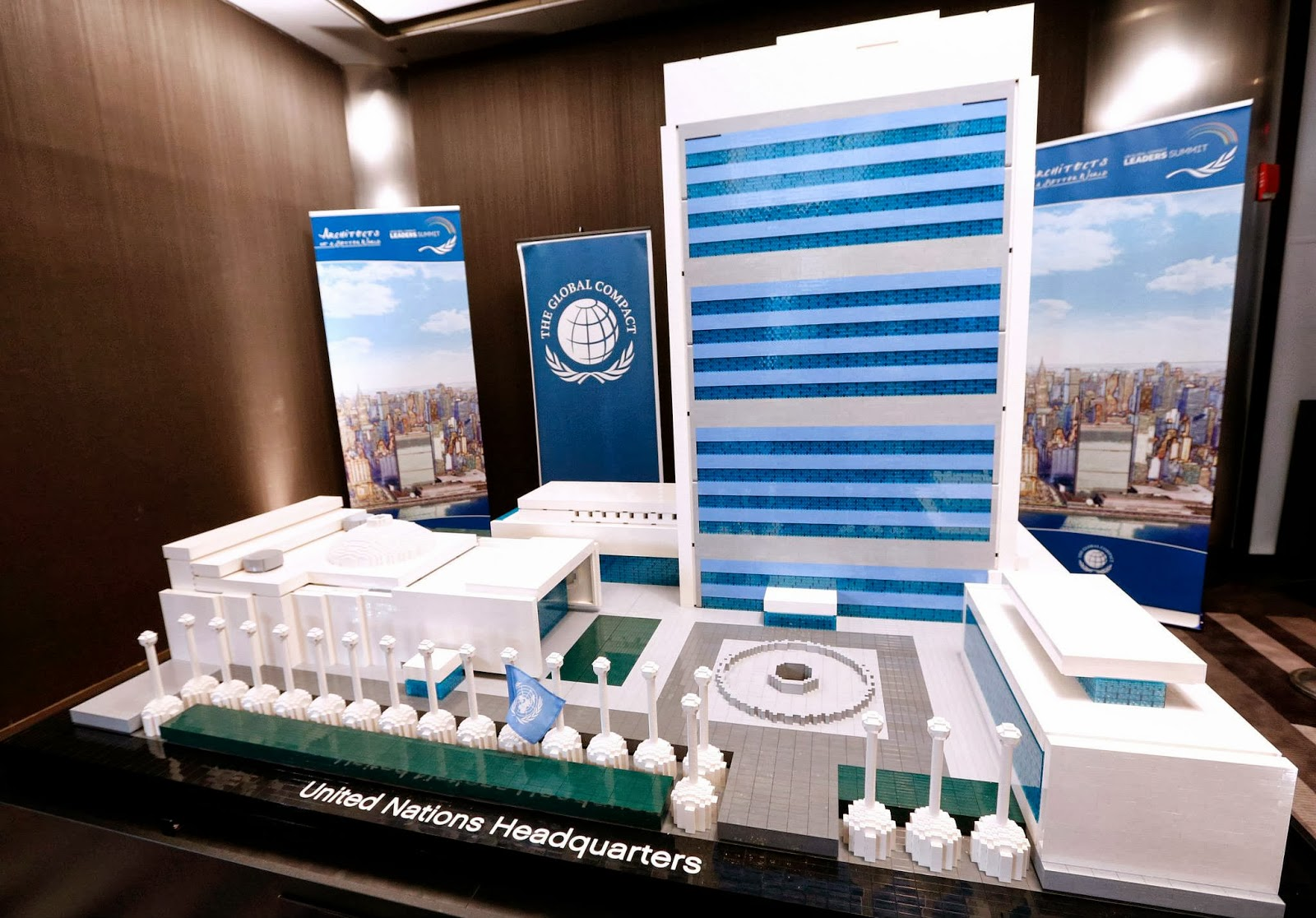 Noticias varias Lego+Architecture+United+Nations+Headquarters+giant+sized