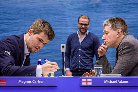 Magnus Carlsen est désormais sur orbite après sa 4ème victoire face au Britannique Adams - Photo © Alina L'Ami