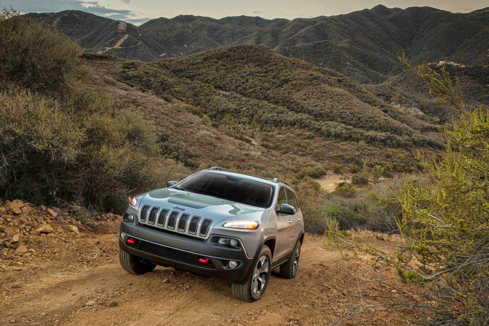 Front 3/4 view of the 2014 Jeep Cherokee Limited