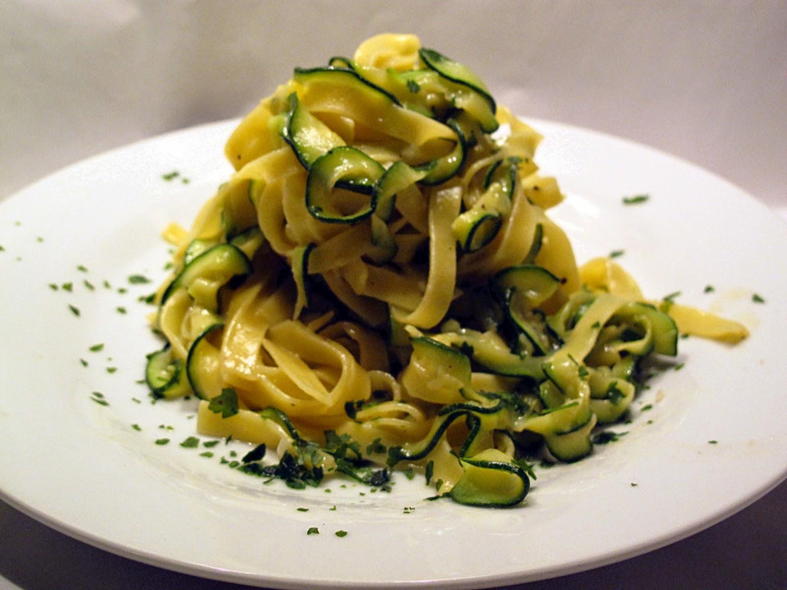 tagliatelle di pasta e zucchine con uovo ovvero