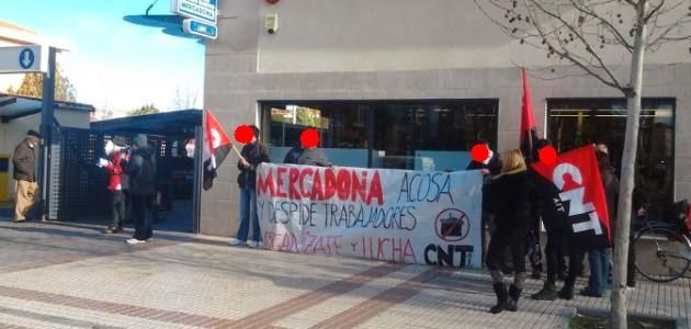 Salamanca: El conflicto con Mercadona no para  Cerca de una quincena de personas se concentró el pasado sábado 25 de enero en el supermercado Mercadona de la Avenida de los Cipreses contra la oleada de despidos en Valencia.  Una vez más, el Sindicato de Oficios Varios de Salamanca (CNT-AIT) se ha concentrado en solidaridad con el conflicto que mantienen los Sindicatos de la Región de Valencia contra la cadena de supermercados Mercadona por el despido de más de 40 trabajadores.  Durante más de una hora, un grupo de compañeros, compañeras y simpatizantes del SOV de Salamanca (CNT-AIT) estuvieron informando del conflicto que se mantiene contra esta empresa y desenmascarando la política laboral de Mercadona. Se consiguió que algunos clientes se dieran la vuelta, y se negaran a comprar en esta empresa mientras durara el conflicto. Del mismo modo, se informó a muchos vecinos de otros conflictos anteriores, para afirmar la idea de que esto no es algo puntual.  Mercadona ha despedido en varias localidades de la provincia de Valencia a más de cuarenta trabajadores. Todos ellos tienen en común dos cosas: primero que son trabajadores con bastante antigüedad, todos tienen más de veinte años de trabajo para esta empresa; en segundo lugar todos han sido despedido de forma objetiva, para lo que Mercadona ha utilizado una estrategia que conoce muy bien: despedir con acusaciones falsas: robar, pegar, amenazar…  Mercadona, que se ha caracterizado siempre como una empresa obsesionada por recortar al máximo los costes laborales, ha comenzado una suerte de Expediente de Regulación de Empleo encubierto. Estos más de cuarenta trabajadores, debido a su antigüedad y el sistema de bonificación del Convenio Colectivo de Mercadona disfrutaban de unos salarios mucho mayores de los que disfrutará las nuevas personas que contrate, si es que lo hace. Y Mercadona se ha deshecho de ellos de forma totalmente gratuita, acusándoles falsamente para ahorrarse varios miles de euros por trabajador.  Precis