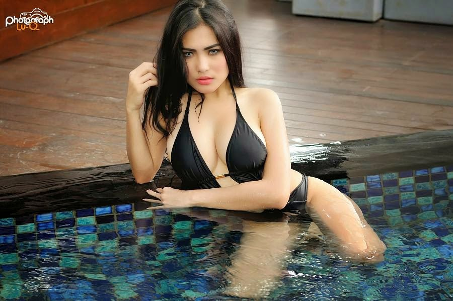 Hot Photo Nisa Beiby Back Swimsuit in The Pool