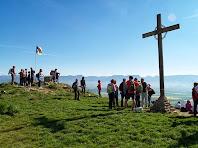 El Turó de la Creu de Gurb presidit per una creu de ferro, una senyera i una taula d'orientació