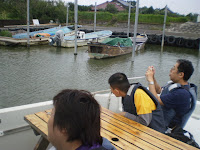 帆をたたんだ帆引き船も係留されている港の中の様子