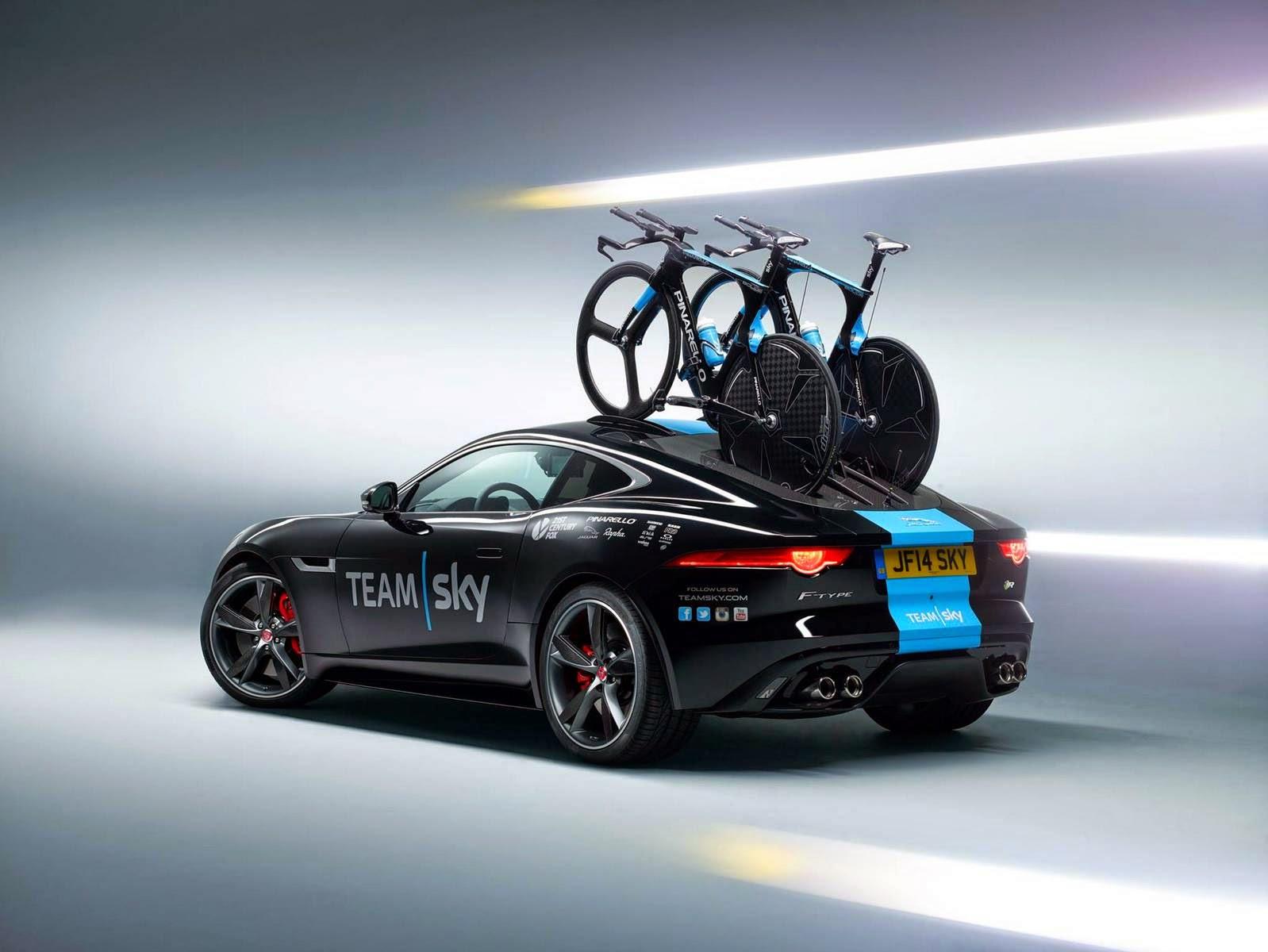Ketika Mobil Balap Jaguar F Malah Dijadikan Pengangkut Sepada Balap