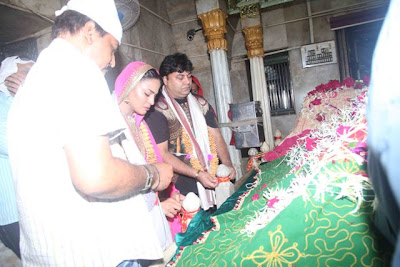 "Veena Malik Visited Mahim Dargah to seek blessing for movie ""Supermodel"""