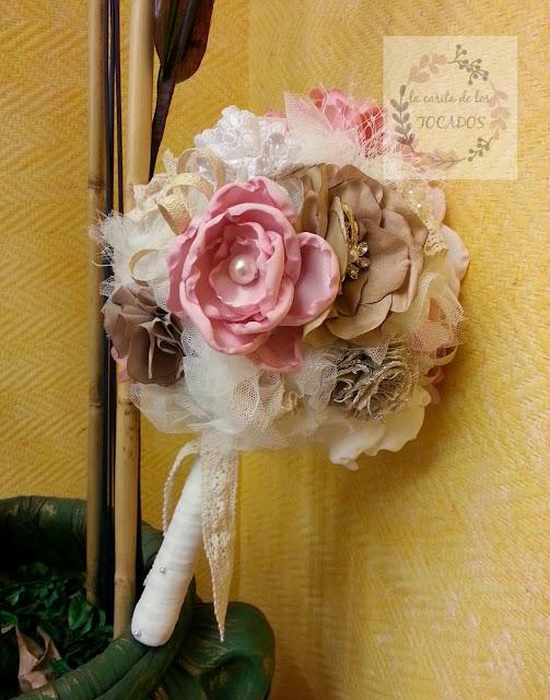 bouquet vintage para novia en blanco, beige y rosa con broches y tela