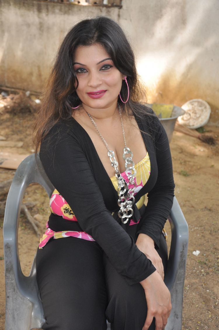 Tamil Actress Mumtaz Hot Cleavage ShowPhotogallery cleavage
