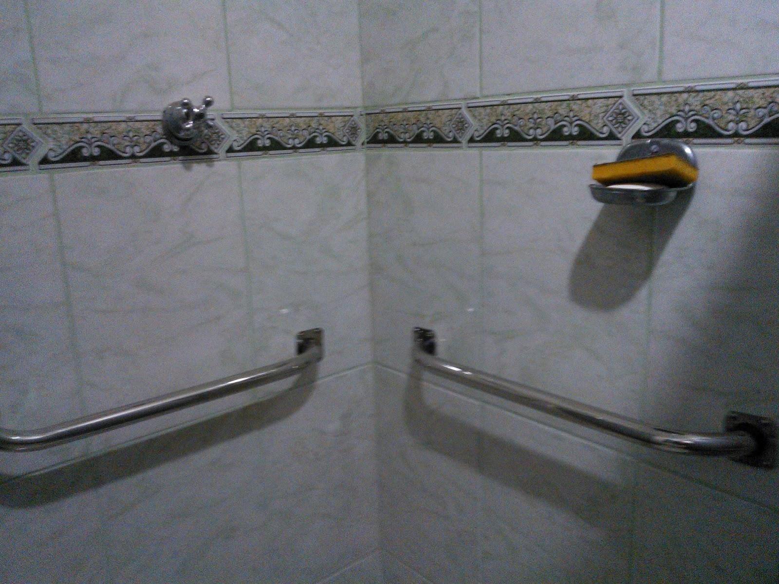 Imagens de #675C41 Barra de apoio instalada em box do chuveiro apara apoio de criança  1600x1200 px 3574 Barras Banheiro Idosos