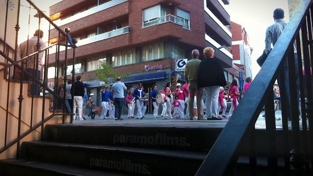 Gente de fiesta abriendo la Calle Mayor, 2012 (cc) Abbé Nozal