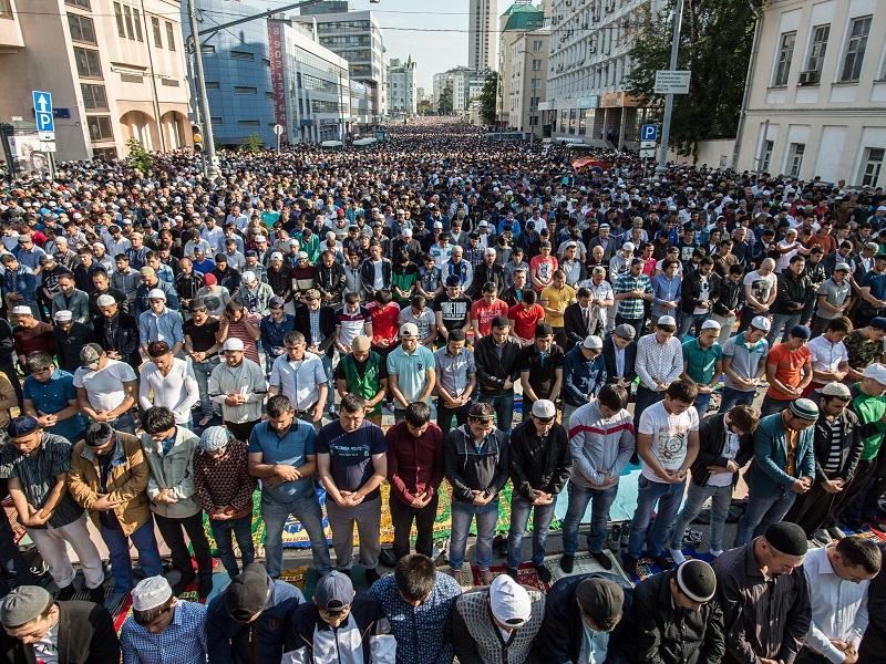 Gambar-gambar yang diambil dari pesawat <em>drone</em> menunjukkan massa dalam jumlah besar, melaksanakan ibadah shalat Idul Fitri di luar masjid di tengah kota Moskow, Rusia.