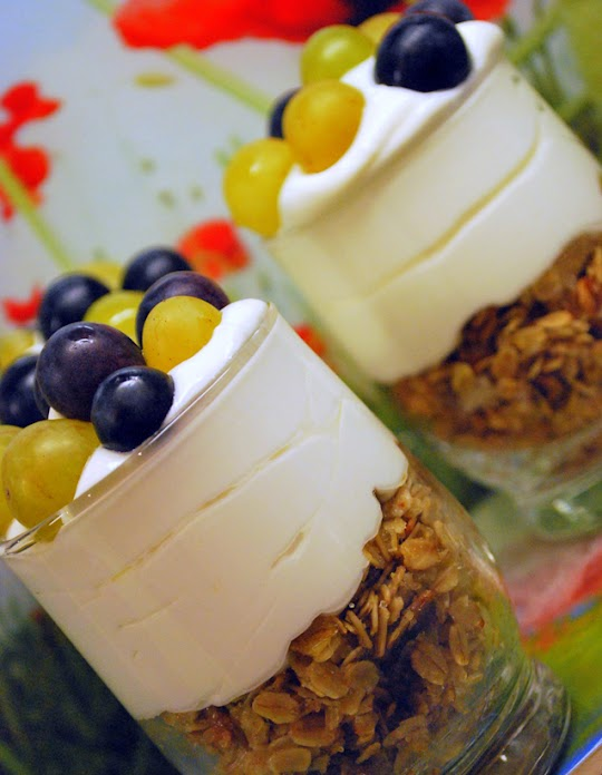 Deser jogurtowy z płatkami owsianymi i owocami