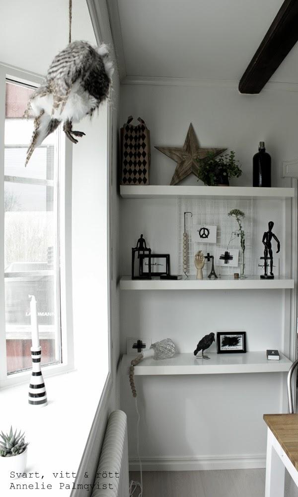 burspråk, uggla, detaljer, vita hyllor, fönster, vitt, vita, vitmålade väggar, vita hyllor från ikea, detaljer, details, kähler ljusstake, svartvit randig ljusstake, korp, svart fågel, eiffeltorn, mätglas, stjärna, svarta detaljer, trärena detaljer, house doctor, hay hand, träkulor, tändstickor, tändsticksask, diy lampa, vykort, kors, prints, tavlor, kort,