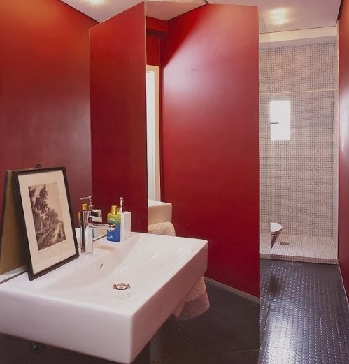 Baños Blanco Con Rojo: rojo y blanco, donde el espacio se organizó de manera original con