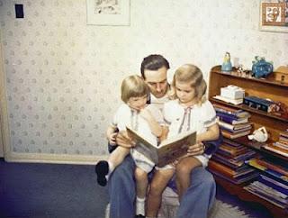 Walt Disney com suas filhas Sharon e Diane, quando elas ainda eram crianças