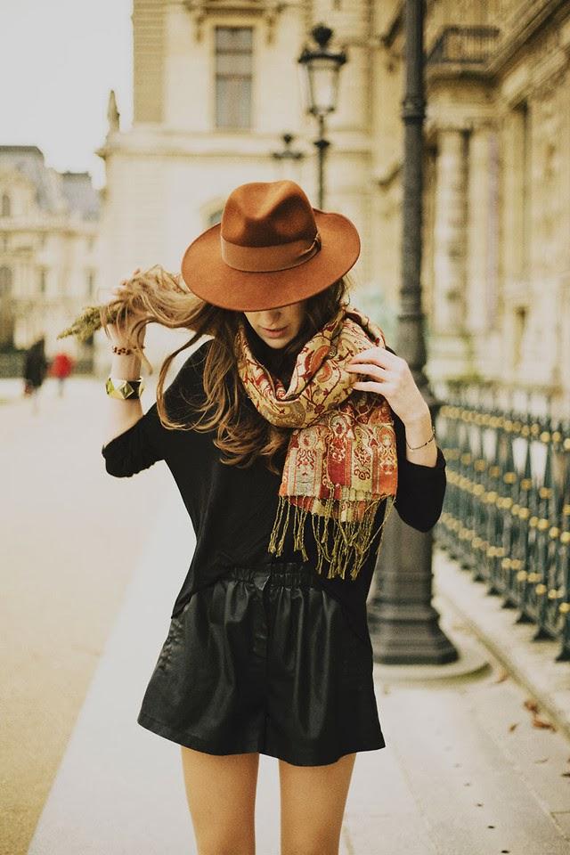 shorts de couro, lenço, chapéu