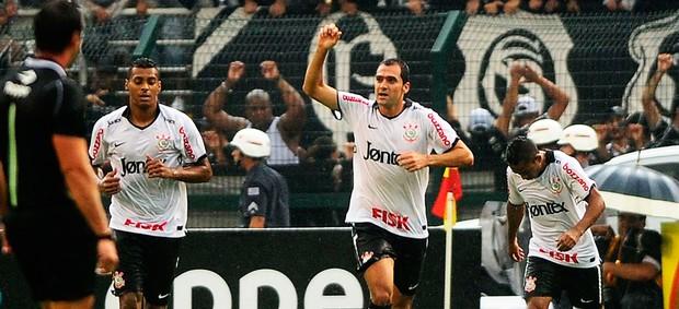 Danilo do Corinthians faz gol no clássico frente ao São Paulo