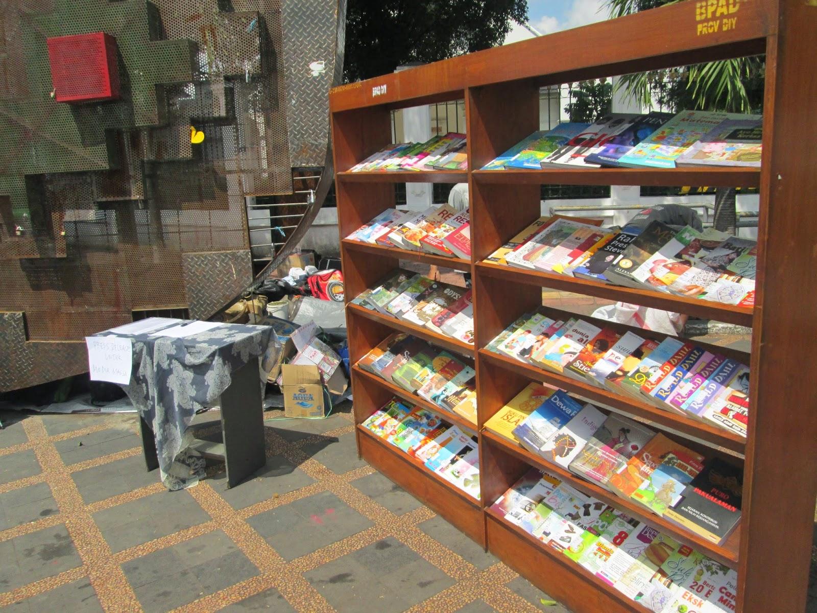 Rak-rak dipenuhi buku yang bisa dibaca saat Jogja Membaca 4