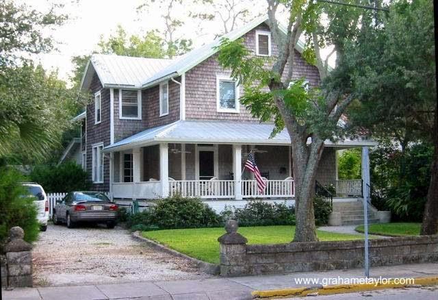 Típica casa americana de dos plantas y techos inclinados