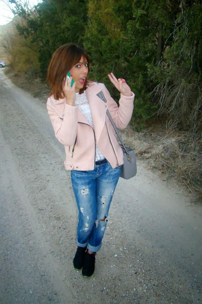 hablando por el movil, boyfriend jeans, cazadora rosa, bolso gris, blanco,