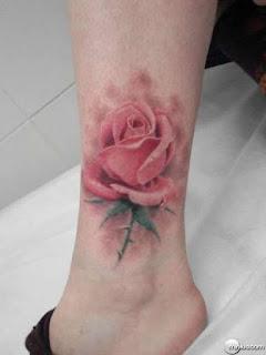 Tatuagem de Rosa Realista Tornozelo