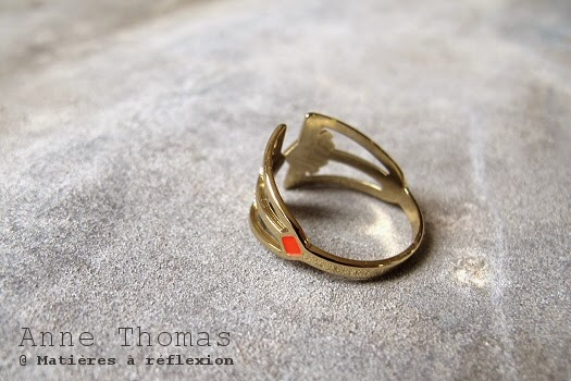 Bague Anne Thomas rouge fluo doré Larsen
