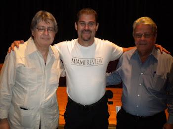 J.C. León con sus profesores de periodismo Emilio Sánchez (izq) y Alberto Muller (der)