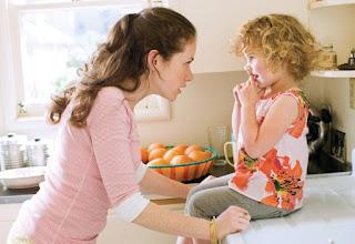 mama cicalitoare certand copilul