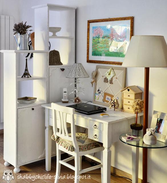 scrivania e mobile ingresso in shabby chic