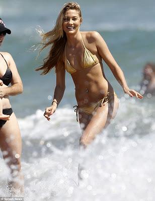 novia de michael phelps en diminuto bikini dorado