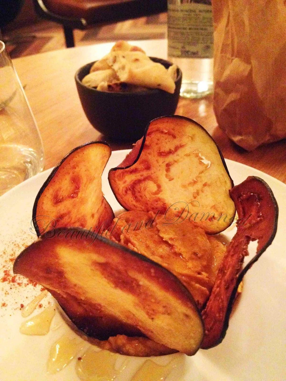 Hummus con berenjena tostada