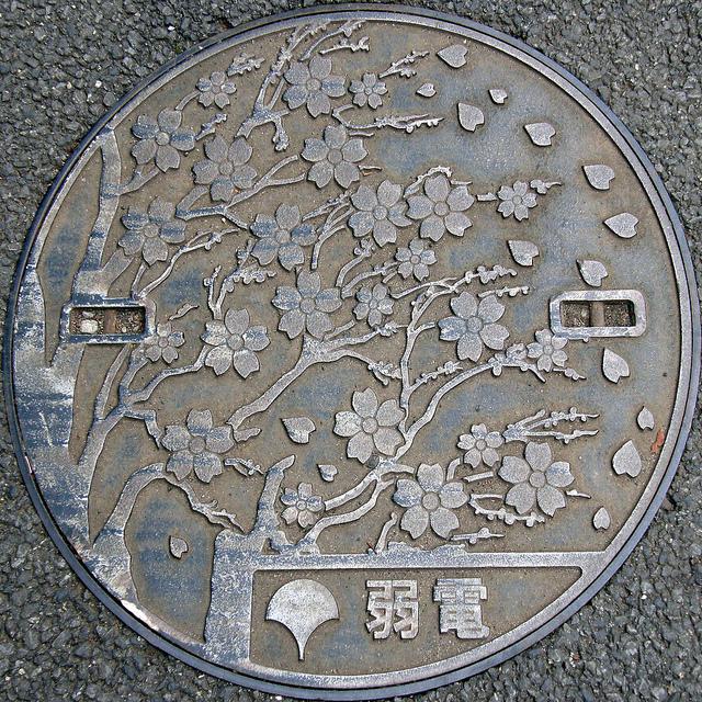 Arte nipón en el mobiliario urbano Manhole+japan+cover+8