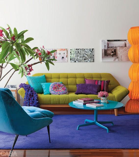 sofá colorido, tapete colorido, almofadas