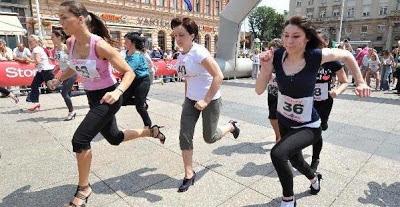 Pertandingan Wanita Berlari Dengan Kasut Bertumit Tinggi